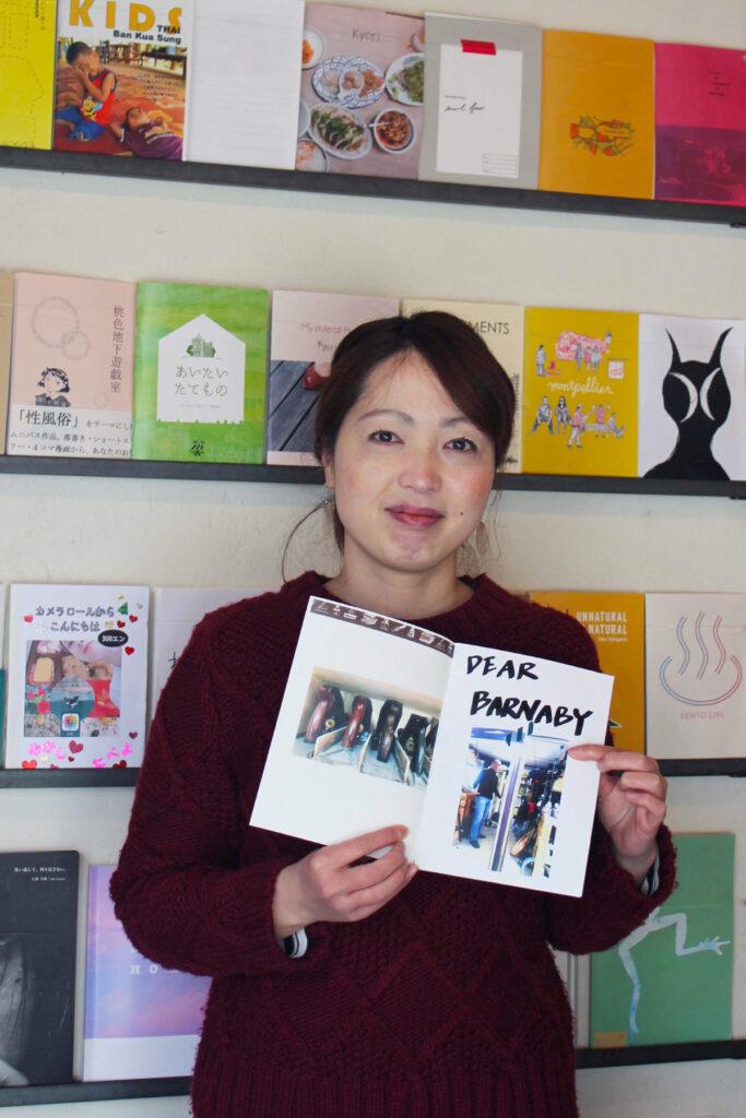 Yukari Ohtsu hält eine Zeitschrift in der Hand